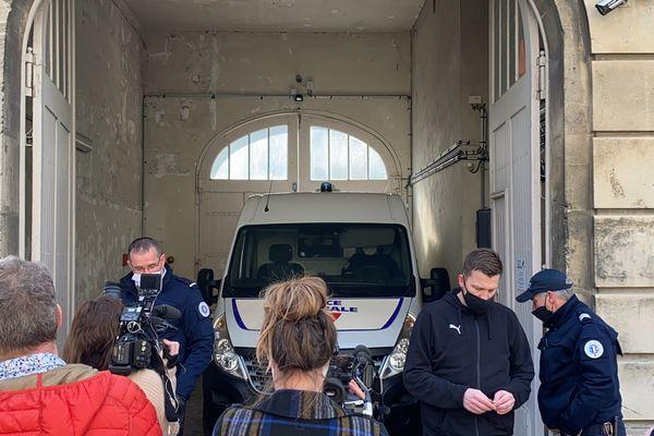 L'individu interpellé dans l'affaire de l'agression du photojournaliste dans le quartier Croix-Rouge au palais de justice de Reims, le 3 mars 2021.