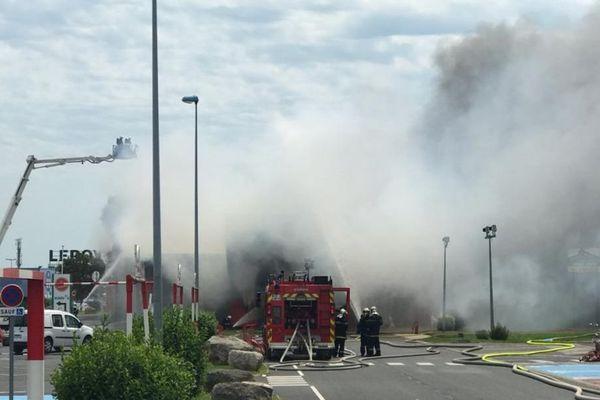 Durant l'incendie du magasin Devianne à Venette (60) une épaisse fumée s'est propagée sur la zone commerciale - 4 juin 2019