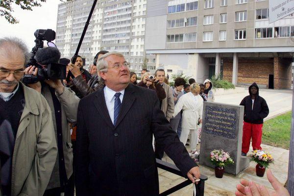 Alain Audoubert, au centre, inaugurant une esplanade pour le respect et l'égalité à Vitry-sur-Seine, en 2005.