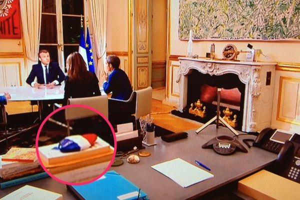 """Le galet de """"Promenade des Anges"""" sur le bureau du président de la République."""