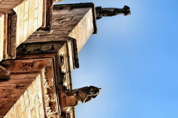 Ciel bleu au-dessus des gargouilles de la cathédrale Saint-Etienne De Limoges