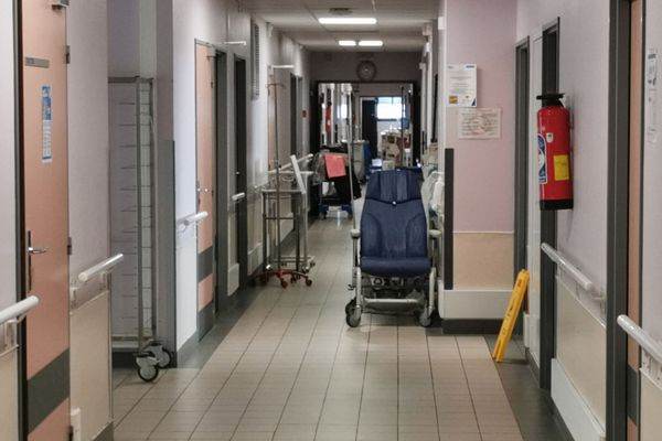 Dans un couloir d'hôpital (image d'illustration)
