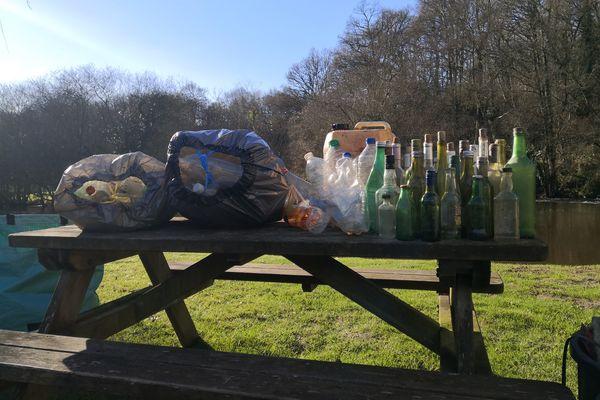 Pendant un an, Jonathan et sa famille ont gardé les déchets ramassés lors de leurs différentes promenades, pour se rendre compte de la pollution de leur environnement