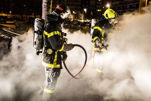 Malgré la propagation survenue à Montélimar, le nombre d'incendies de véhicules liés aux violences urbaines s'inscrit en baisse pour le passage à l'année 2020, dans la Drôme, selon les autorités.