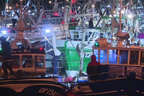 Le ballet des coquillards de retour de pêche sur les quais de Port en Bessin. C'est beau un port la nuit !