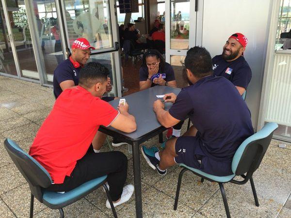 Trois heures avant le coup d'envoi, certains joueurs se détendent en jouant aux cartes.