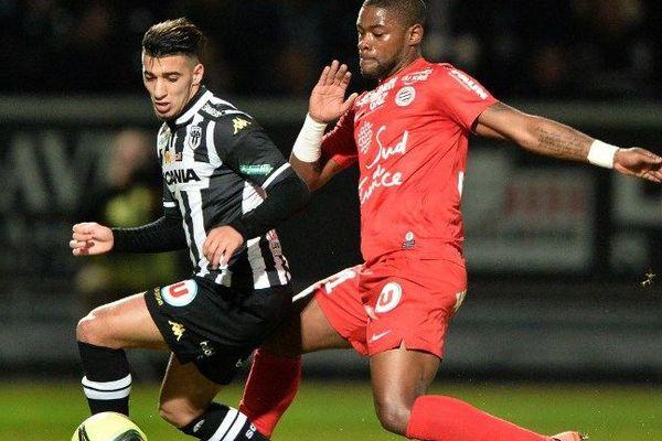 Le défenseur algérien Said Benrahma (gauche) court après la balle avec le défenseur français de Montpellier William Remy (droite) lors du match Montpellier (MHSC) - Angers (SCO) le 20 février 2016 au stade Jean Bouin d'Angers.