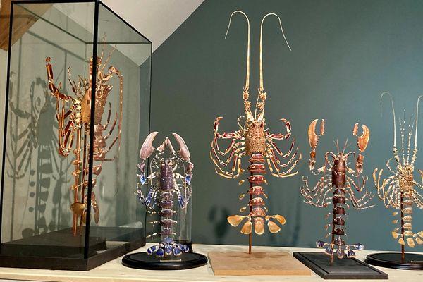 L'ensemble de l'anatomie de ces langoustes et homards a été assemblée à l'aide de fils de cuivre, selon le procédé naturaliste dit de l'éclaté à la Beauchêne