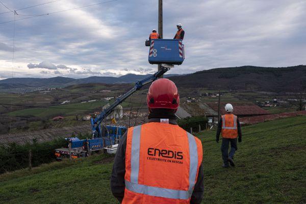 Quelle que soit la cause des dommages, Enedis est habitué à intervenir pour réparer le réseau de distribution. ( ici, Des techniciens réparent une ligne électrique le 20 décembre 2019, à Valfleury, près de Saint-Etienne, dans le centre-est de la France, après des vents violents le matin)