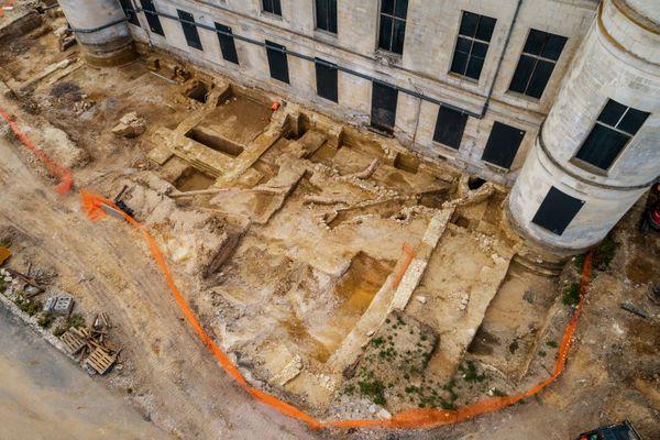 Partie nord du château, côté jardins : les archéologues ont mis au jour des maçonneries appartenant au premier château médiéval.