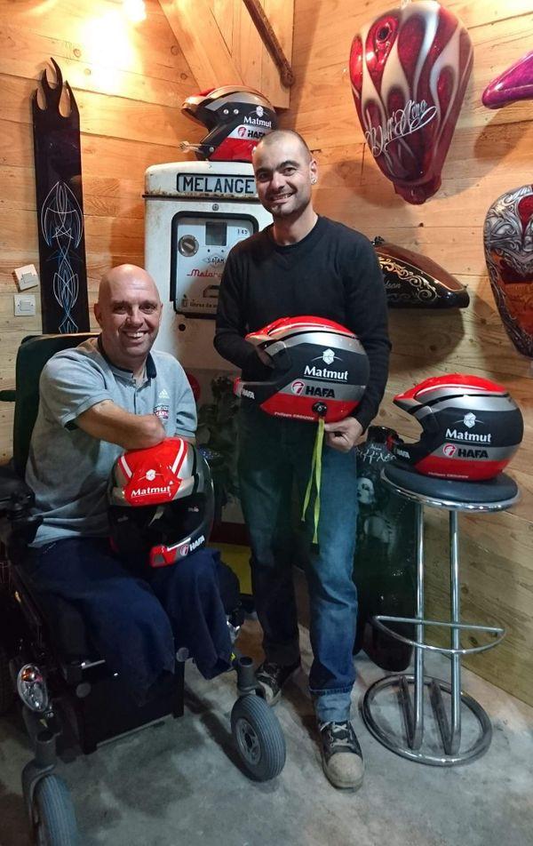 Philippe Croizon en compagnie du peintre aérographe Sébastien Duffourt qui a réalisé les casques de son équipe.