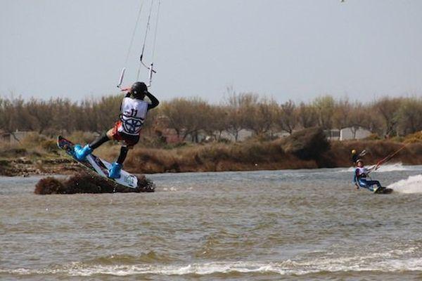 Un jeune participant à la coupe d'Europe junior de kitesurf à Saint-Pierre-la-Mer dans l'Aude - 10 avril 2015