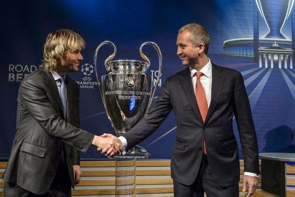 L'ancien joueur de football tchèque et membre de la Juventus Pavel Nedved serre la main avec le vice-président de l'AS Monaco Vadim Vasilyev