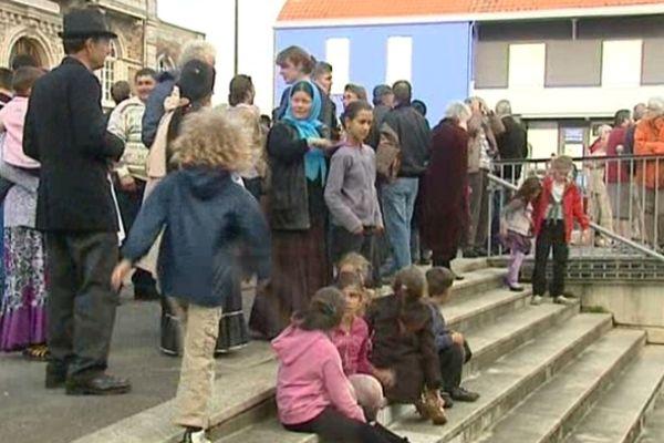 Une soixantaine de personnes devant la mairie de Rezé en solidarité avec les familles Roms menacées d'expulsion