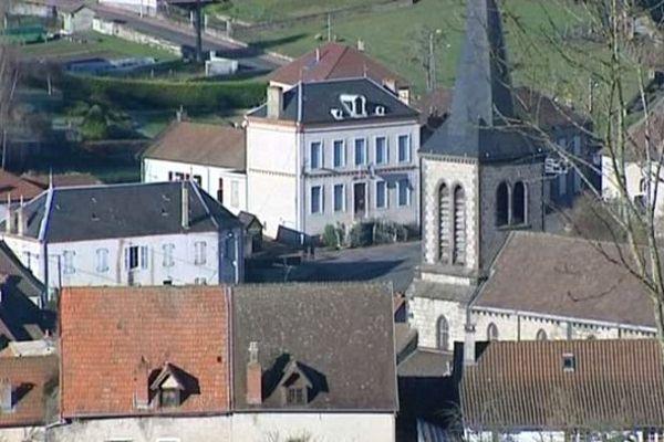 La petite commune d'Arfeuilles dans l'Allier voit sa population baisser : Avec 648 habitants, cette bourgade perd aussi ses commerces et ses services publics comme la gendarmerie.