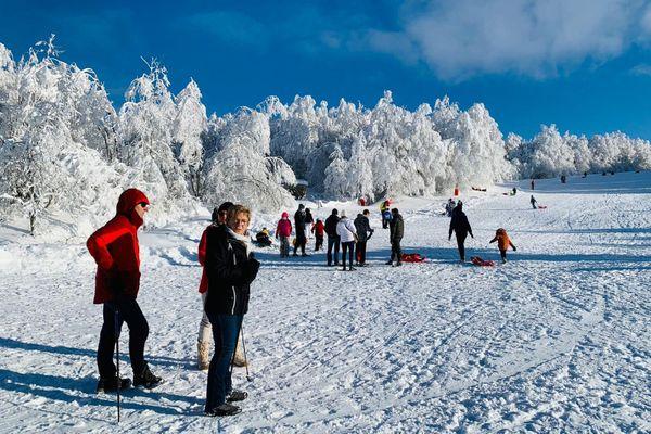 A pied, en raquette, en luge ou en ski de fond, environ 700 personnes ont profité du décor somptueux de la station de Brameloup (12) ce 1er janvier 2021