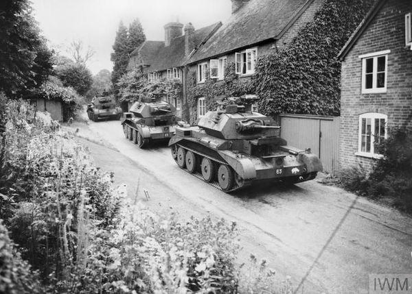 Des chars britanniques Cruiser Mk IV traversant un village du Surrey, au sud de l'Angleterre, en juillet 1940.