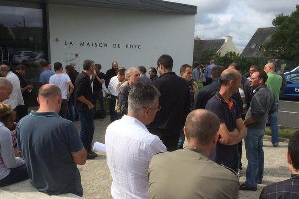 Éleveurs devant le Marché du Porc Breton à Plérin