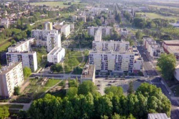 Vue aérienne du quartier Marbé au nord de Mâcon: des immeubles espacés et beaucoup de verdure.