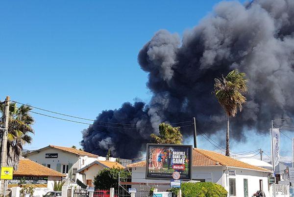 La zone a été évacuée autour du foyer de l'incendie.
