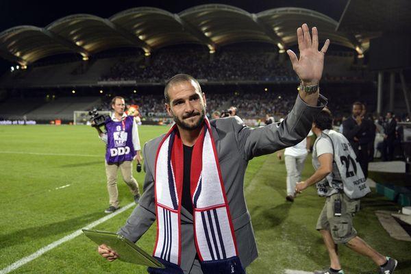 Lisandro Lopez fait ses adieux aux supporters lyonnais au moment de quitter l'OL en août 2013