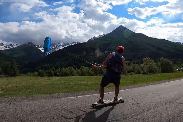 Hautes Alpes : un skate, une aile de kite, démonstration de kite-skate avec Laurent Guyot