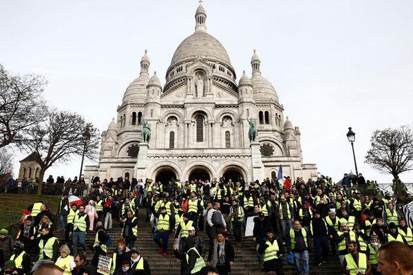 """Plusieurs centaines de gilets jaunes rassemblés à Montmartre pour """"l'acte 6"""" du mouvement, ce samedi 22 décembre dans la matinée."""