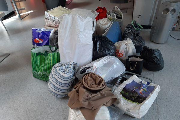 Parmi les dons, les étudiants ont reçu des vêtements, du ligne de lits et des équipements médicaux.