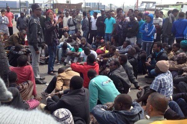 Rassemblés sur le lieu de distribution alimentaire depuis l'évacuation de leurs campements il y a un mois, les exilés sont dans l'attente d'une nouvelle expulsion