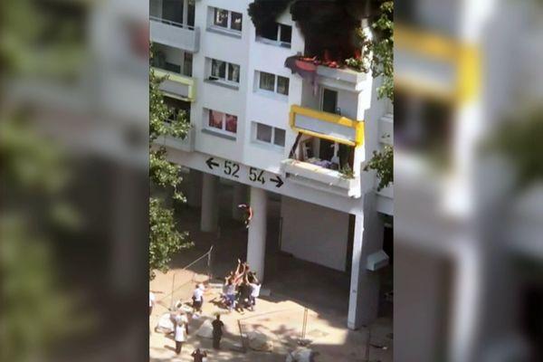 Deux frères de 3 et 10 ans ont été sauvés d'un incendie par des habitants du quartier de la Villeneuve à Grenoble.