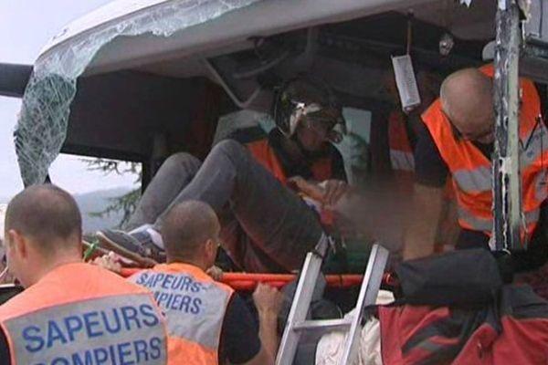 Plusieurs dizaines de sapeurs-pompiers et de gendarmes ont aidé à dégager les débris de l'accident et ont soigné les blessés.