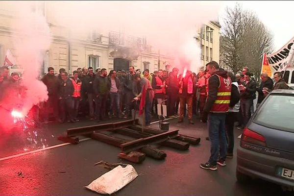 Des cheminots grévistes ont installé ce lundi matin des rails devant la permanence d'un député LREM du Calvados