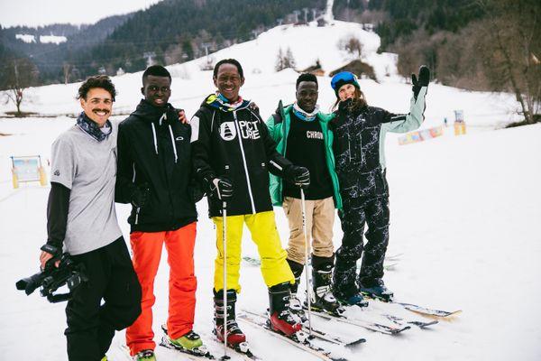 """Initiation au ski pour des réfugiés lors de l'opération """"Snow for Refugees""""."""