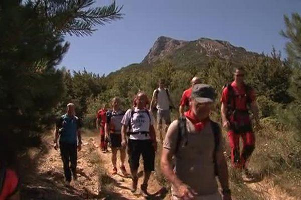 Randonneurs à Bugarach dans l'Aude