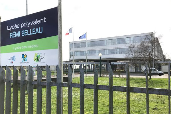 Entrée du lycée Rémi-Belleau à Nogent-le-Rotrou