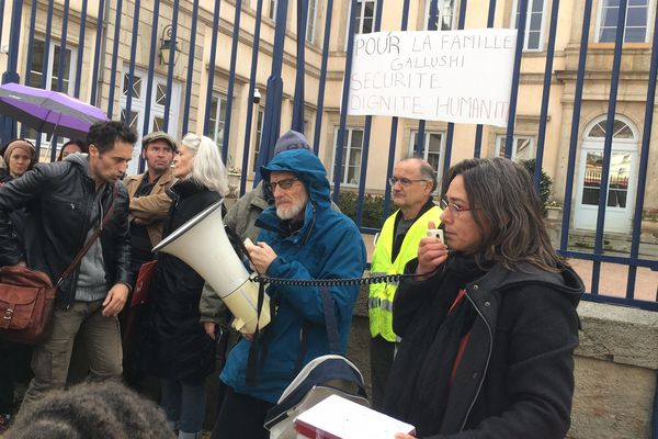 Un collectif citoyen s'est rassemblé devant la Préfecture du Puy-en-Velay pour soutenir une famille albanaise menacée d'explusion