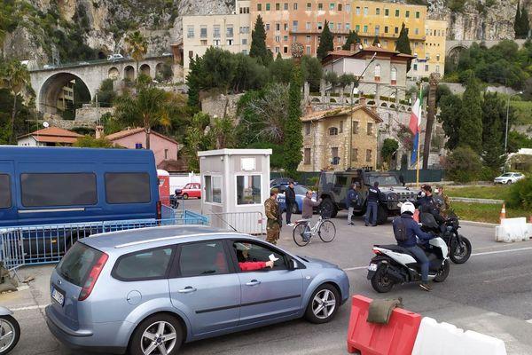 A la frontière italienne, en ce début d'après-midi, une longue file de voiture s'est formée côté français du fait des contrôles.