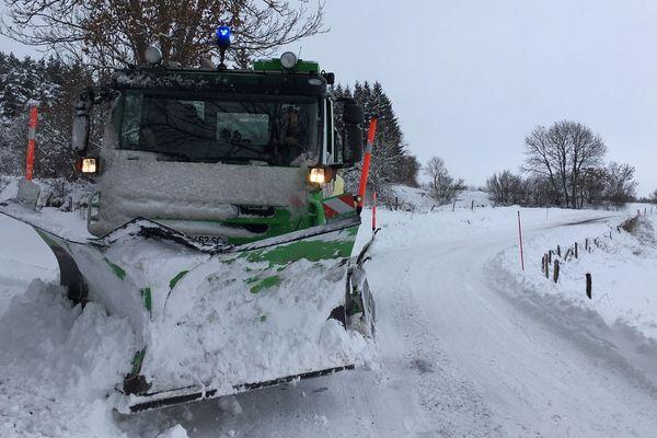 Malgré le travail des déneigeuses, de nombreuses routes secondaires restent impraticables. Les transports scolaires et de voyageurs seront donc interdits une bonne partie de la journée du lundi 4 février.