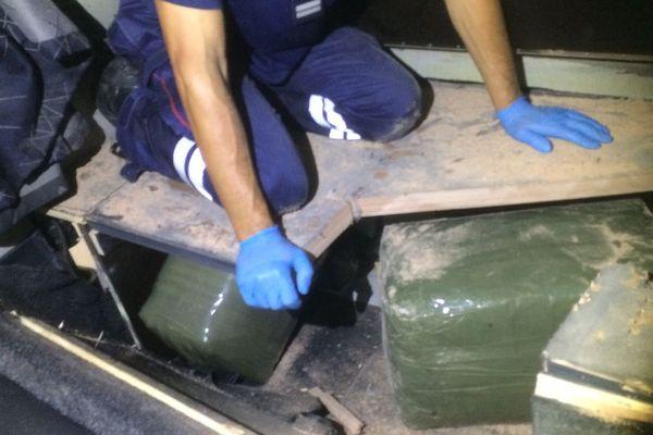 Les douaniers ont découvert la drogue sous le lit du chauffeur