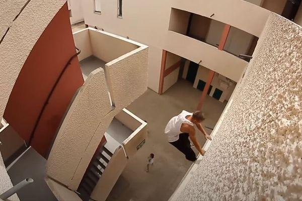 Ces athlètes, très entraînés, utilisent le décor urbain comme terrain de jeu pour réaliser des exploits impressionnants