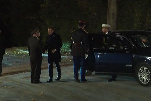 Arrivée du président Macron au Parc de Champagne. Il est accueilli par Denis Conus, préfet de la Marne.
