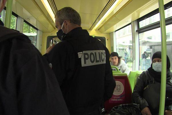 Les premiers contrôles du port du masque ont eu lieu mardi dans les transports publics de Grenoble.