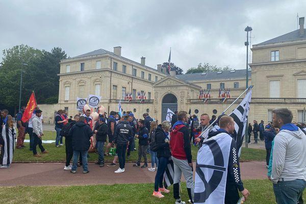 """Réunis devant la préfecture du Calvados, les manifestants demandent une """"étude vraiment complète"""", du parc éolien offshore qui va être installé à Courseulles-sur-Mer."""
