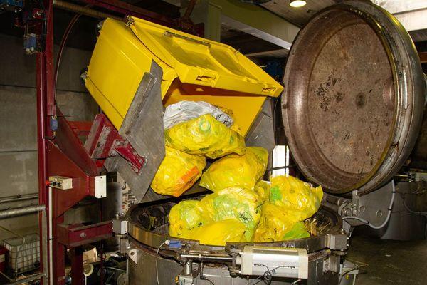 Les sacs de déchets médicaux sont d'abord déversés avant broyage dans 4 autoclaves au CHU de Limoges
