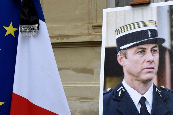 """Hommage au Colonel Arnaud Beltrame, décédé le 24 mars 2018 à Trèbes dans l'Aude, """"victime du terrorisme""""."""
