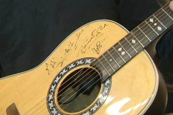 L'une des 2 guitares est dédicacée par les Rolling Stones.