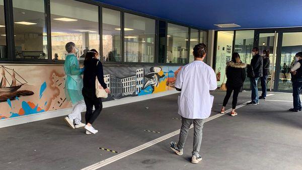 """22/03/2020. Tests de dépistage du coronavirus à l'IHU de Marseille : """"restez chez vous, restez confinés"""", insiste l'ARS."""
