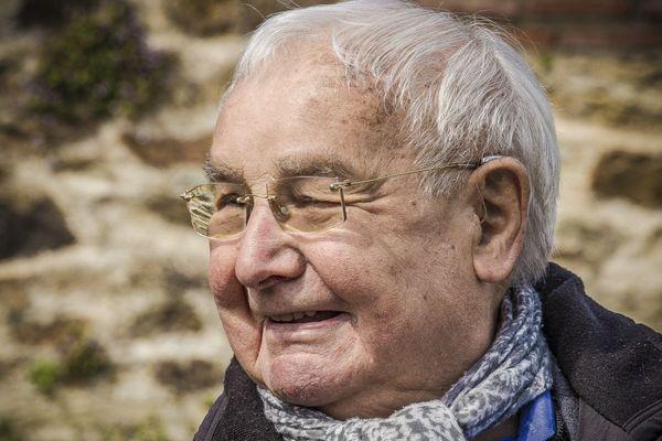 """Robert Hebras dans les ruines d'Oradour-sur-Glane, en mai 2019. Son ouvrage """"Avant que ma voix ne s'éteigne"""" est désormais traditionnellement remis aux élèves d'Oradour."""