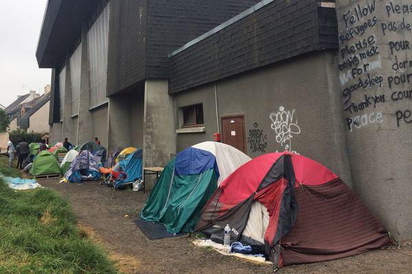 Entre 700 et 800 migrants vivent aux abords du Gymnase Jeanne Bertrand à Saint-Herblain.