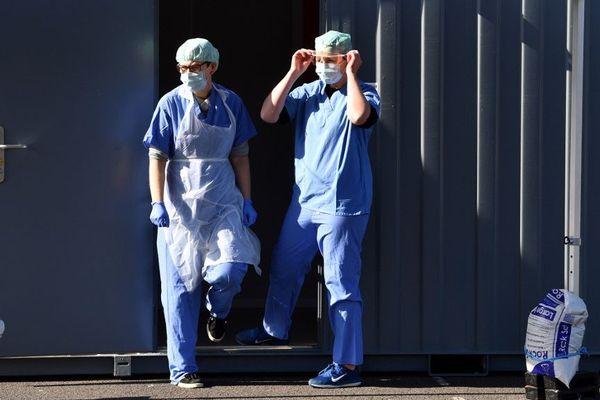 Des soignants effectuant des tests Covid-19 à Wolverhampton, dans le centre de l'Angleterre.